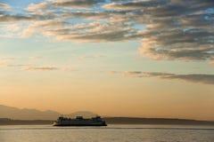 Ferryboat que cruza Elliott Bay de Seattle à ilha de Bainbridge foto de stock