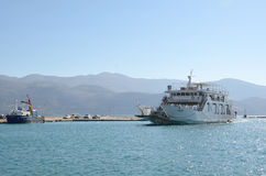Ferryboat que entra no porto fotografia de stock