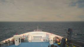 Ferryboat que viaja no meio do oceano contra um céu dramático Ilha de Paros do destino em Grécia Vista do o dianteiro vídeos de arquivo
