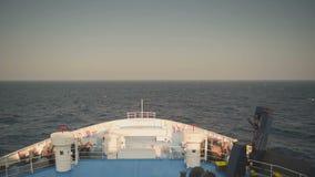 Ferryboat que viaja no meio do oceano Ilha de Paros do destino em Grécia Vista da frente do navio vídeos de arquivo