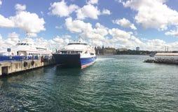 Ferryboat rápido no porto de Kadikoy Barcos que viajam entre os portos europeus e asiáticos das ISTs fotos de stock