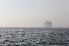 Ferryboat som löper i avståndet på havet fotografering för bildbyråer