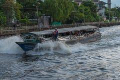 Ferryboat velho de madeira que corre através de um canal foto de stock royalty free