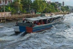Ferryboat velho de madeira que corre através de um canal fotos de stock royalty free
