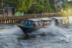 Ferryboat velho de madeira que corre através de um canal foto de stock