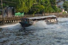 Ferryboat velho de madeira que corre através de um canal imagem de stock