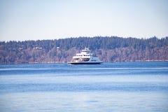Ferryboat w błękitne wody zdjęcie stock
