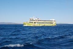 Ferryboat wycieczki turysyczne - turysta Exursions w Adriatyckim morzu zdjęcia royalty free