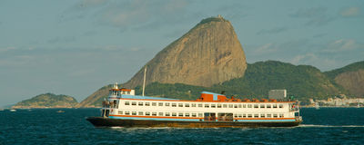 Ferryboat och Sugarloaf berg Royaltyfri Bild