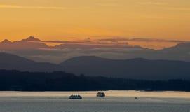 Ferryboats и олимпийские горы Стоковые Изображения RF