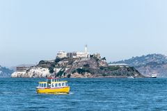 Ferryboats dos barcos da excursão que cercam a ilha famosa da prisão de Alcatraz foto de stock royalty free