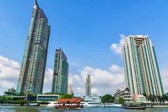 Ferryboats tailandeses pequenos no rio de Chao Phraya em Banguecoque, Tailândia Imagem de Stock