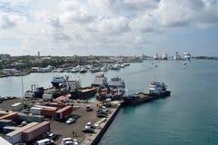 Ferryes, fodere giranti e yacht nel porto di Nassau Immagine Stock Libera da Diritti