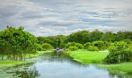 Ferryman bierze podróżnika na łódkowatej wycieczce turysycznej wzdłuż kanałów obrazy royalty free