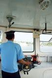 Ferryman controlestuurwiel in de veerboot van de cabine, verticaal kader. DONG THAP, VIETNAM 27 JANUARI Royalty-vrije Stock Foto's