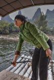 Ferryman de trabalho da mulher chinesa no rio Lijiang, Guangxi, Ch fotografia de stock royalty free