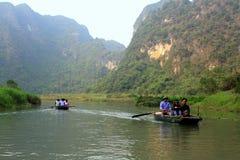 Ferrymen nemen toeristen om Trang te bezoeken een Complex Eco-toerisme, een complexe die schoonheid - landschappen als openluchtg Stock Foto's