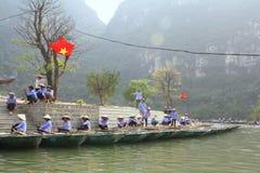 Ferrymen wachten op toeristen om Trang te bezoeken een Complex Eco-toerisme, een complexe die schoonheid - landschappen als openl Stock Afbeelding