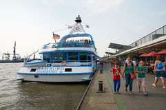 Ferrys bij Landungsbruecken-pierpijler hamburg Stock Afbeelding