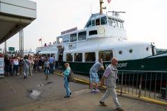Ferrys bij Landungsbruecken-pierpijler hamburg Royalty-vrije Stock Afbeelding