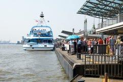 Ferrys bij Landungsbruecken-pierpijler hamburg Stock Foto's
