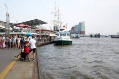 Ferrys bij Landungsbruecken-pierpijler hamburg Royalty-vrije Stock Afbeeldingen