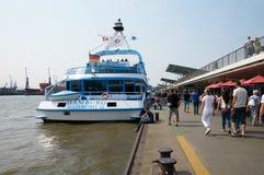 Ferrys bij Landungsbruecken-pierpijler hamburg Royalty-vrije Stock Fotografie