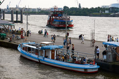 Ferrys bij Landungsbruecken-pierpijler hamburg Stock Fotografie