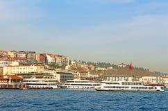 Ferrys-boat dans le Bosphore, Istanbul, Turquie Photographie stock libre de droits