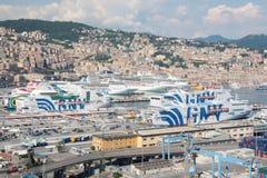 Ferrys-boat et bateaux de croisière accouplés dans le port de Genoa Italy photos libres de droits