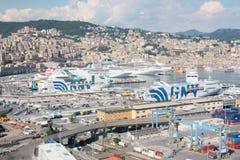 Ferrys-boat et bateaux de croisière accouplés dans le port de Genoa Italy image stock