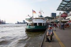 Ferrys przy Landungsbruecken jetty molem hamburger Obrazy Stock