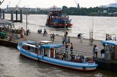 Ferrys przy Landungsbruecken jetty molem hamburger Fotografia Stock