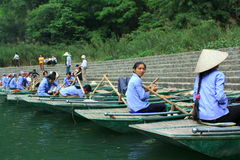 Ferrywomen等待参观Trang的游人生态旅游复合体,是复杂秀丽-作为叫的风景 免版税库存图片