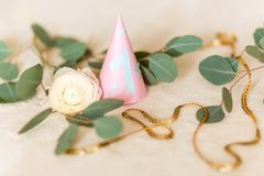 Ferst födelsedag, partihatt En rosa hatt med ett blått nummer ett, för berömmen av ferien Arkivfoto