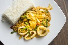 Fertania chili curry'ego owoce morza słuzyć z ryż Obrazy Royalty Free