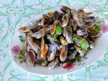 Fertania smażący końscy mussels z basilów liśćmi Obrazy Royalty Free