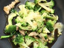 Fertania smażący warzywa na niecce Obraz Royalty Free