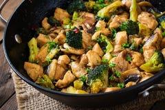 Fertanie dłoniaka kurczak z brokułami i pieczarkami Zdjęcie Stock