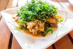 Fertanie smażąca Dennego basu ryba z korzennymi ziele Zdjęcia Royalty Free