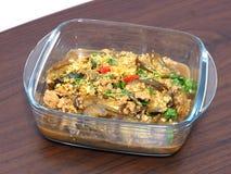 Fertanie smażąca oberżyna z wieprzowiny miażdżącą i solącą ryba w jasnym pucharze Zdjęcia Stock