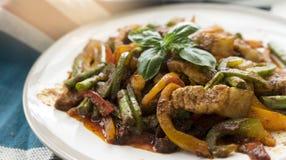 Fertanie smażąca wieprzowina i czerwona curry pasta z smyczkową fasolą Obrazy Royalty Free
