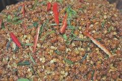 Fertanie Smażący arachidy z chili fotografia stock