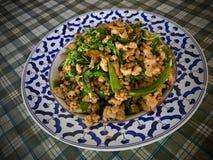 Fertanie smażący minced wieprzowinę z chili i basilu liśćmi Zdjęcie Stock
