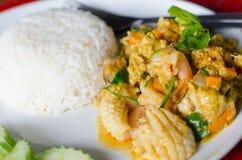 Fertanie Smażący owoce morza z curry'ego proszkiem Obrazy Stock