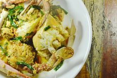 Fertanie smażył kwiatu kraba w żółtym currym na talerzu fotografia stock