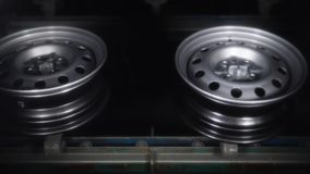 Fertige Disketten werden in trocknender Kammer getrocknet, nachdem man gemalt hat und Förderer weitergegangen stock video footage