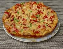 Fertige heiße Pizza auf der Platte Stockfotografie