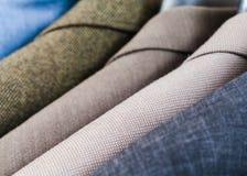 Fertige männliche Mäntel, wenn Atelier hergestellt wird Lizenzfreie Stockbilder