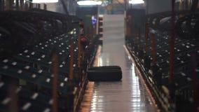 Fertige Reifen auf Förderer werden eingezogen, um einzulagern stock video